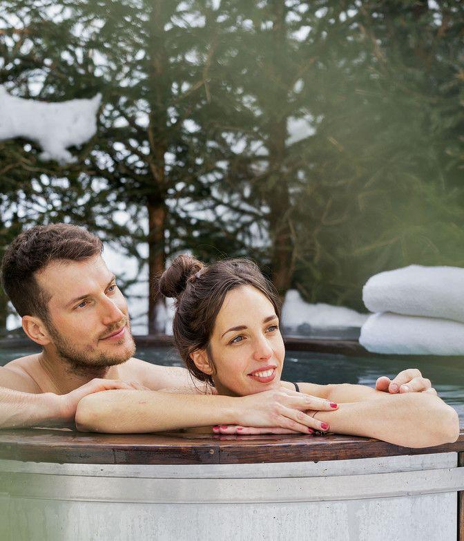 Paar genießt Whirlpool der Luxuslodge