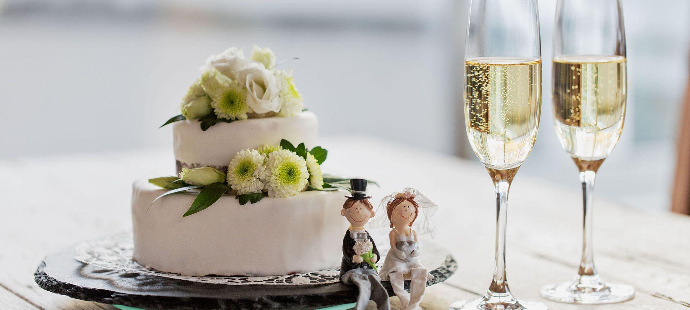 Hochzeitstorte mit Sekt und Marzipan