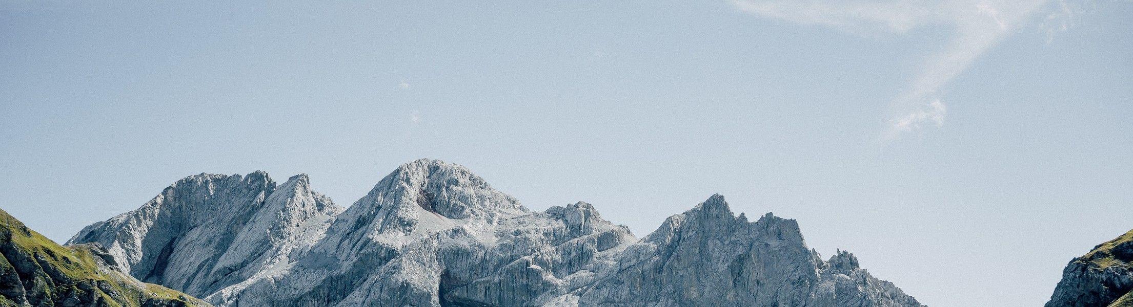 Alpen mit Wiese und blauer Himmel