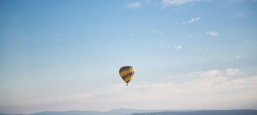 Heißluftballon in der Luft bei blauem Himmel