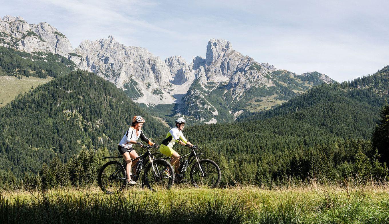 Zwei Frauen fahren mit dem Mountainbike im Lammertal