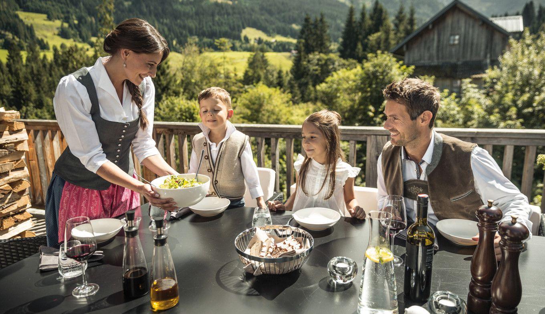 Luxuslodge Familie isst auf Terasse