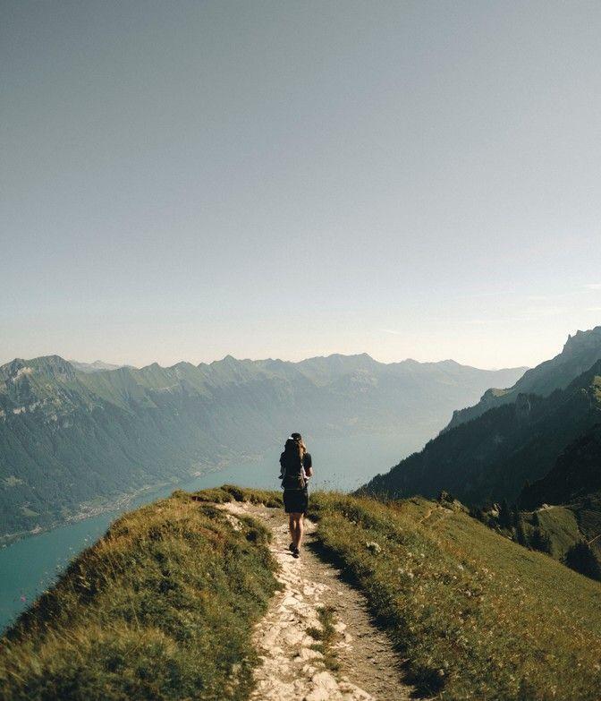 Wanderer auf Pfad über Wolken