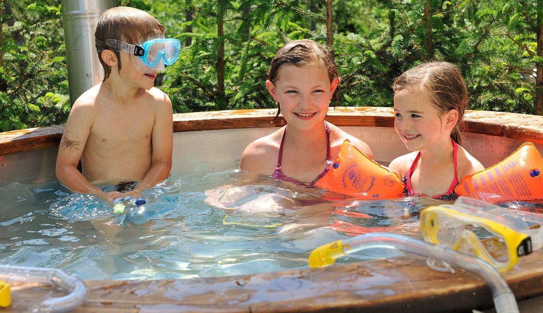 Kinder baden im Hot Tub der Luxuslodge
