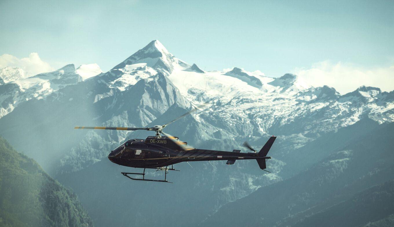 SENNAIR Helikopter beim Flug in den Alpen