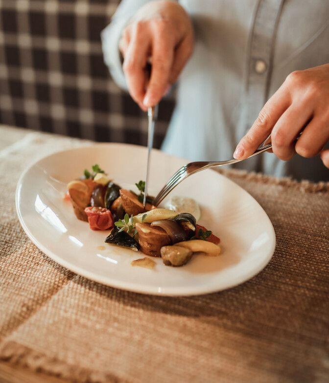 Gericht in der Luxuslodge auf Teller beim Essen
