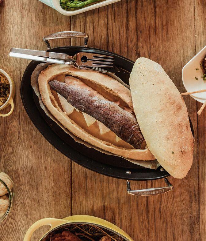 Süßwasserfisch in Salzteig in der Luxuslodge