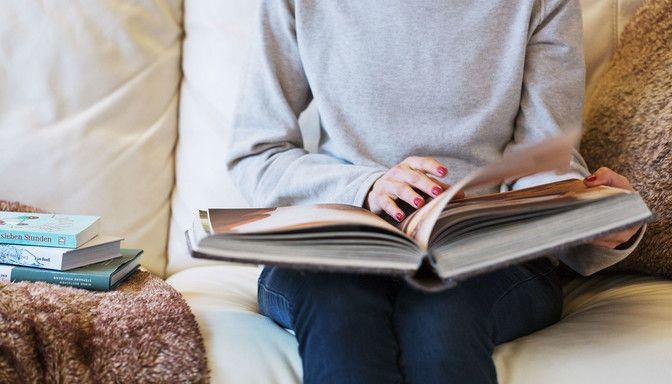 Luxuslodge Buch lesen auf Sofa