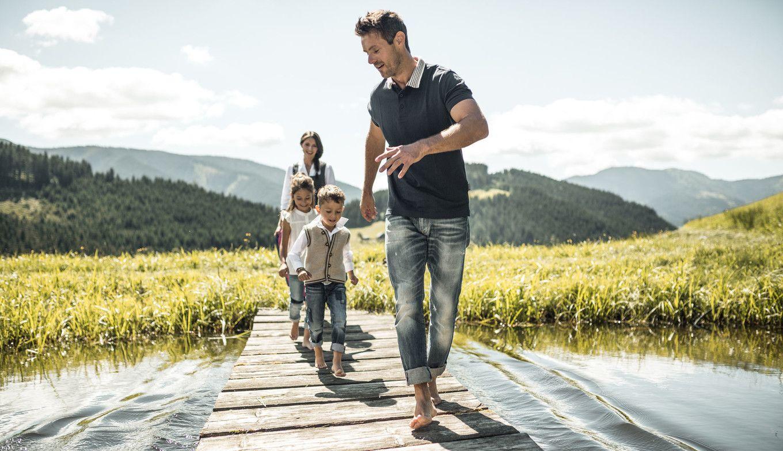 Familie auf Steg am See im Lammertal