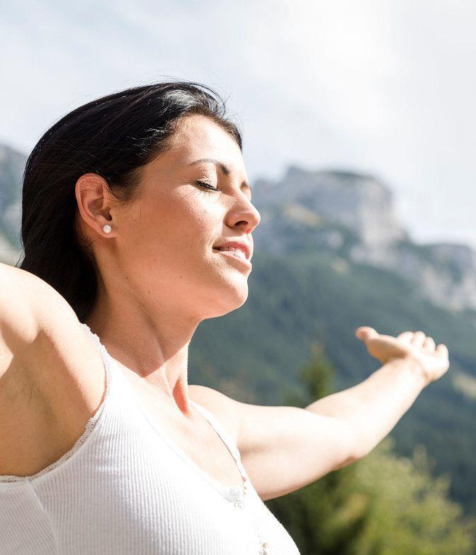 Frau genießt Frischluft und Sonne im Lammertal