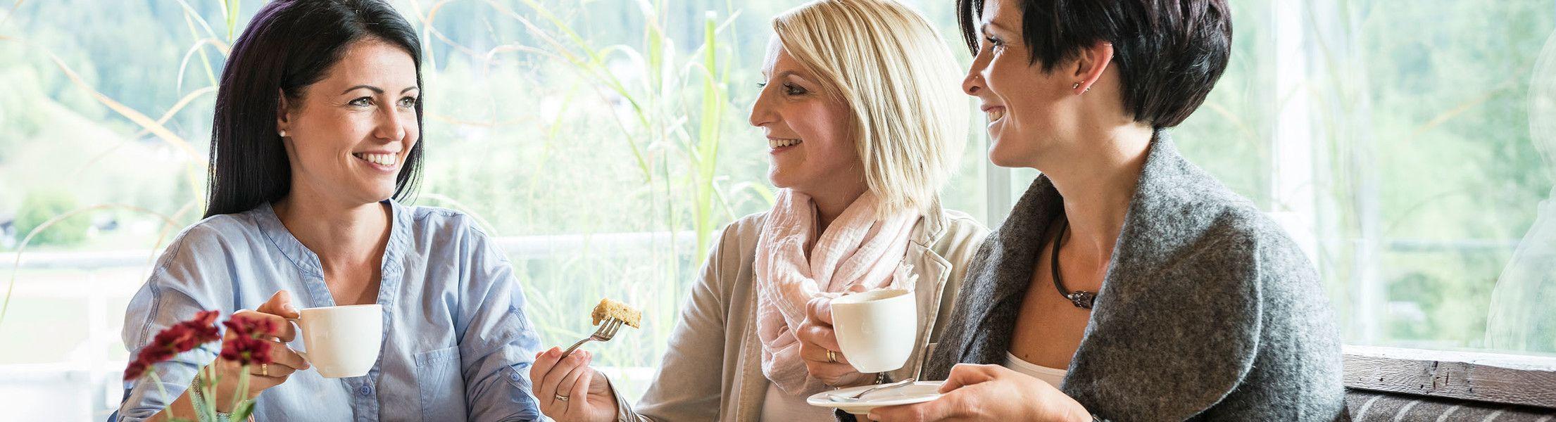 Freundinnen beim Kaffee in der Luxuslodge