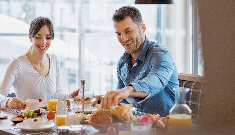 Paar beim Frühstück in der Luxuslodge