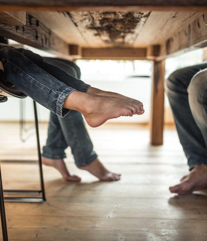 Kinder haben Füße unter Tisch in Luxuslodge