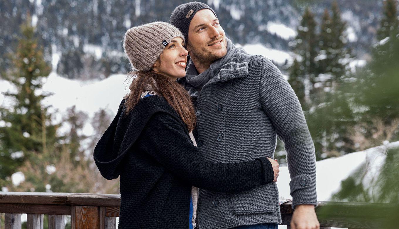 Paar genießt Aussicht im Winter von der Luxuslodge