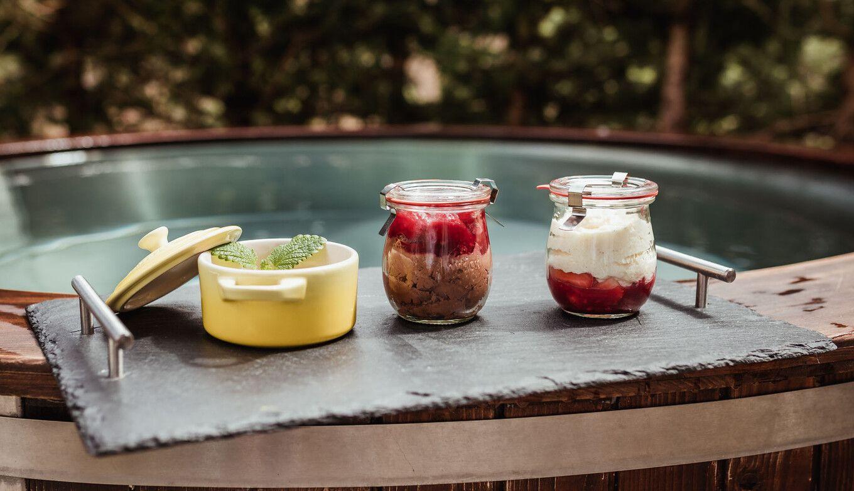 Desserts von den Genuss-Packages auf Badezuber in der Luxuslodge