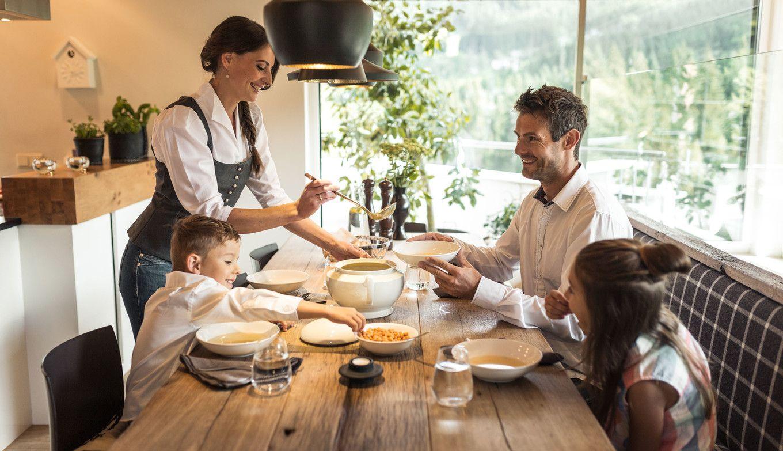 Familie isst Mittag in der Luxuslodge