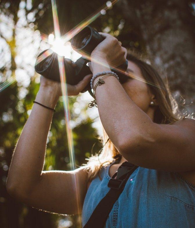 Frau auf Entdeckertour mit Fernglas