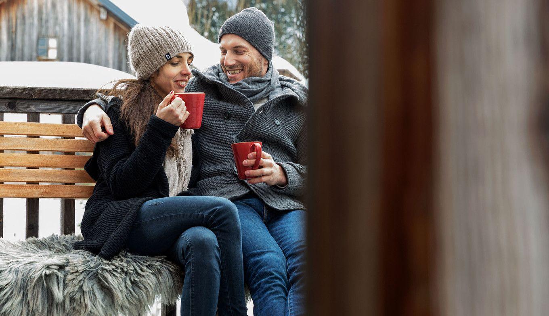 Paar genießt Winter draußen vor Luxuslodge