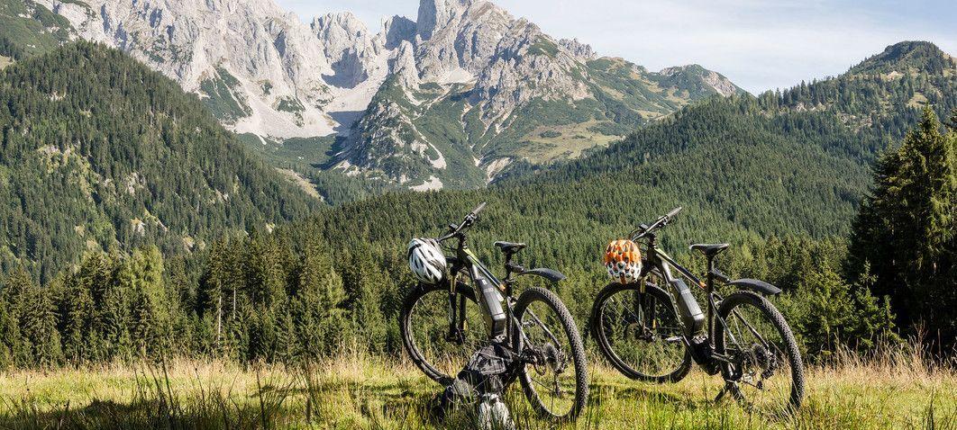 Mountainbiken im Lammertal mit Blick auf Dachstein-Massiv