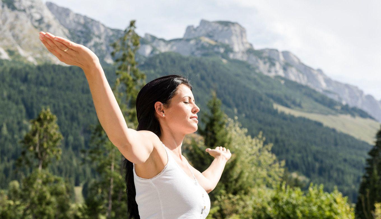 Frau entspannt sich in den Bergen
